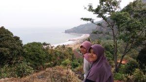 Kk & Dinda, background Pantai Cikembang & bukit Habibie