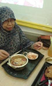 My Mom lagi makan Ramyun